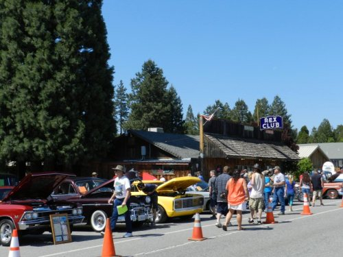 Lots of people at the Mountain Cruisers Car Show